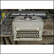Máquina de escrever antiga Olivetti. - 215 -